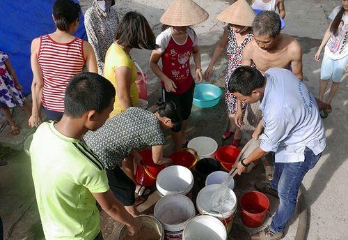 Vỡ ống nước sông Đà: Dân Hà Nội xếp hàng chờ nước như thời bao cấp - Ảnh 1