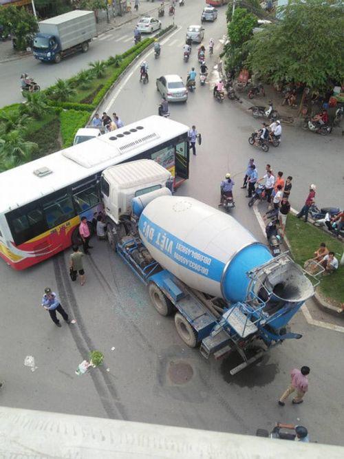 Kinh hoàng xe bồn đâm ngang sườn xe buýt tại Hà Nội - Ảnh 1