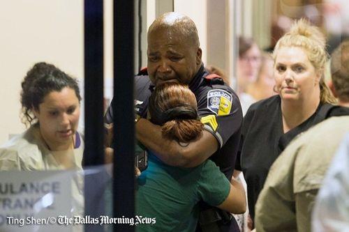 Hiện trường kinh hoàng vụ bắn tỉa khiến 5 cảnh sát Mỹ thiệt mạng - Ảnh 2