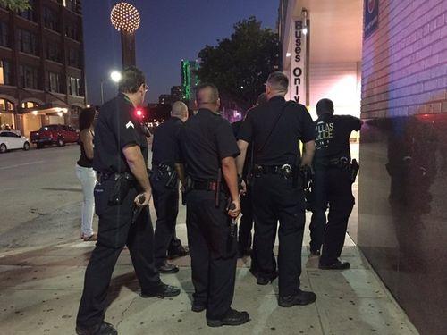 Hiện trường kinh hoàng vụ bắn tỉa khiến 5 cảnh sát Mỹ thiệt mạng - Ảnh 1