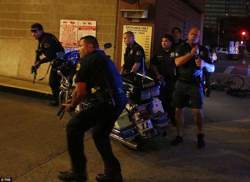 Hiện trường kinh hoàng vụ bắn tỉa khiến 5 cảnh sát Mỹ thiệt mạng - Ảnh 6