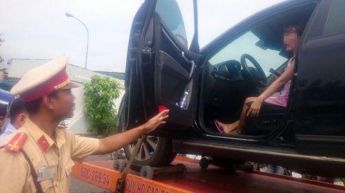 Nữ tài xế cố thủ trong ô tô bị CSGT cẩu xe về đồn: Phạt 4,6 triệu đồng vì 6 lỗi - Ảnh 1