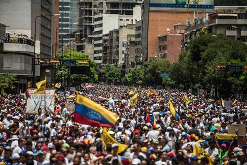 """Tổng thống Venezuela bị những người biểu tình giận dữ """"rượt đuổi"""" - Ảnh 1"""