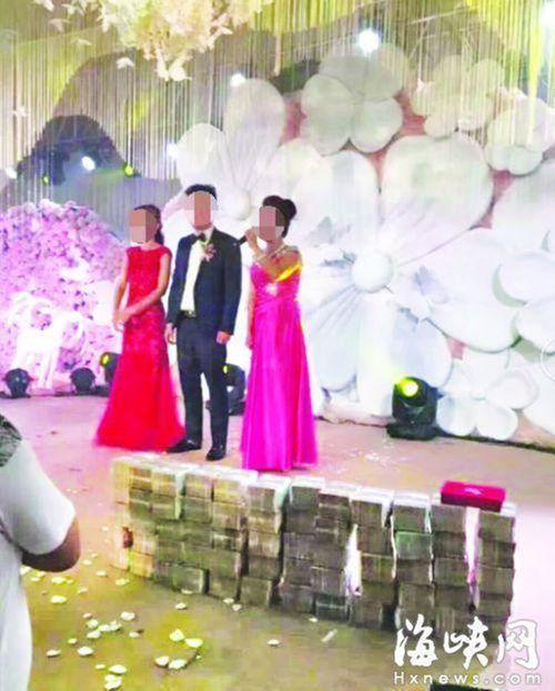 """Nhà trai """"chơi trội"""" tặng cô dâu 1 triệu đô tiền mặt chất đống tại lễ cưới - Ảnh 1"""