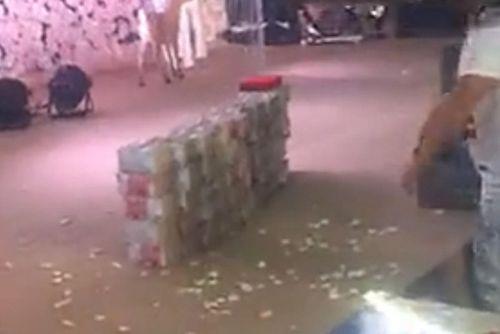 """Nhà trai """"chơi trội"""" tặng cô dâu 1 triệu đô tiền mặt chất đống tại lễ cưới - Ảnh 2"""