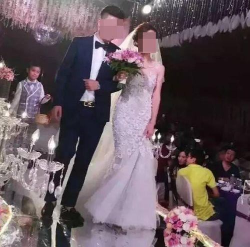 """Nhà trai """"chơi trội"""" tặng cô dâu 1 triệu đô tiền mặt chất đống tại lễ cưới - Ảnh 3"""