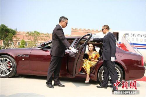 Sinh viên tốt nghiệp Học viện Hàng không đi siêu xe, tạo dáng như trên thảm đỏ - Ảnh 4