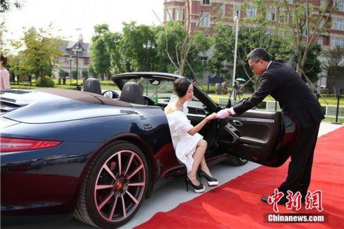 Sinh viên tốt nghiệp Học viện Hàng không đi siêu xe, tạo dáng như trên thảm đỏ - Ảnh 7