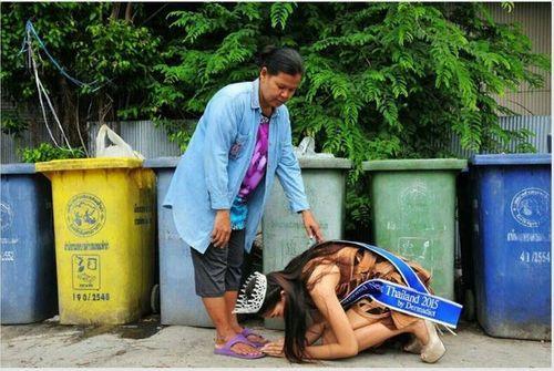 Nàng hoa hậu Thái từng quỳ dưới chân người mẹ nhặt rác giờ ra sao? - Ảnh 1