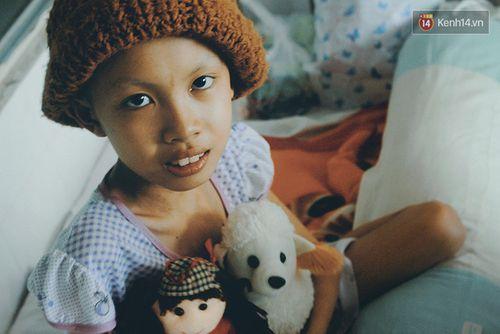 Xót xa bé gái ung thư bị bỏ rơi được mẹ nuôi chăm sóc - Ảnh 1