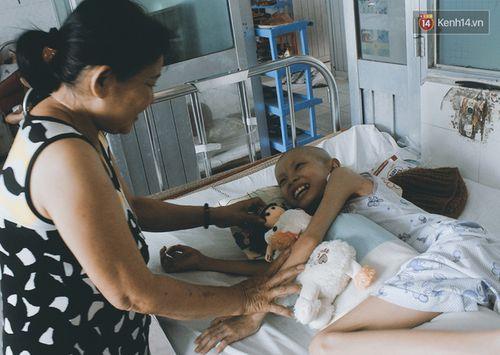 Xót xa bé gái ung thư bị bỏ rơi được mẹ nuôi chăm sóc - Ảnh 4
