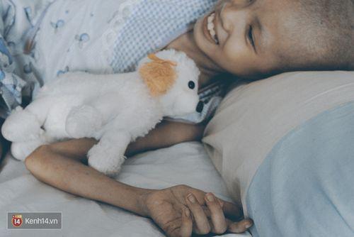 Xót xa bé gái ung thư bị bỏ rơi được mẹ nuôi chăm sóc - Ảnh 7
