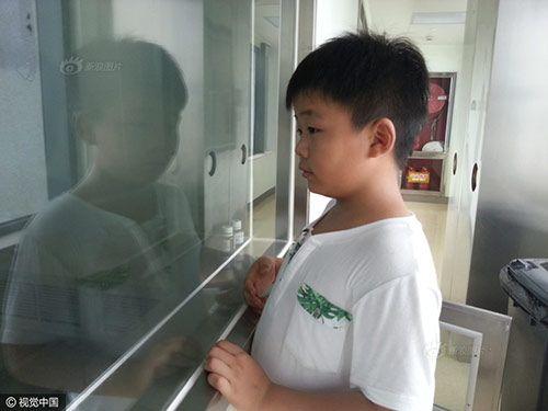 Lý do bé 8 tuổi ăn liên tục để tăng 15 kg khiến triệu người bật khóc - Ảnh 4