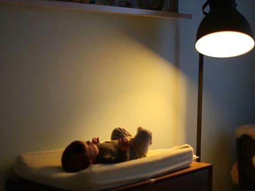 Tác hại giật mình của đèn ngủ với trẻ sơ sinh - Ảnh 1