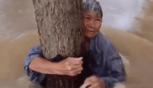 Titanic phiên bản đời thực: Cụ ông buộc vợ vào thân cây, để mình bị lũ cuốn - Ảnh 1
