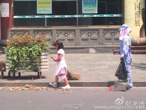 Cảm động bé gái giúp người mẹ lao công quét rác giữa trời nắng nóng - Ảnh 1