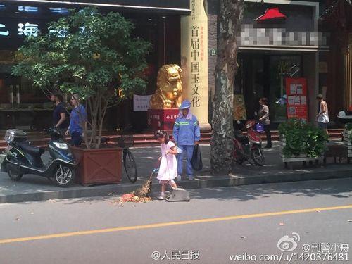 Cảm động bé gái giúp người mẹ lao công quét rác giữa trời nắng nóng - Ảnh 2