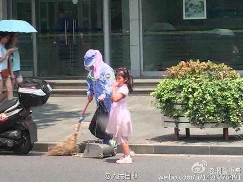 Cảm động bé gái giúp người mẹ lao công quét rác giữa trời nắng nóng - Ảnh 3