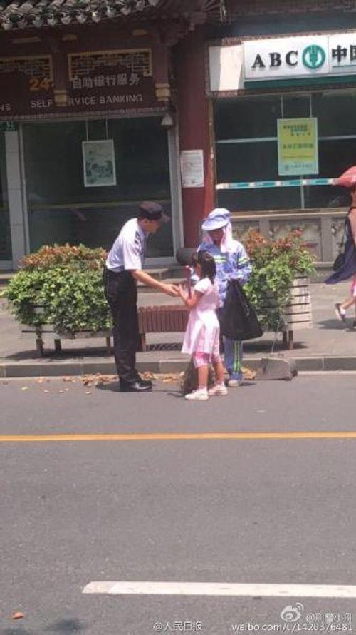 Cảm động bé gái giúp người mẹ lao công quét rác giữa trời nắng nóng - Ảnh 4