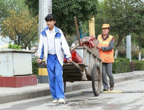 Cảm động bé gái giúp người mẹ lao công quét rác giữa trời nắng nóng - Ảnh 5
