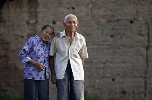 Cặp đôi trăm tuổi tiết lộ bí quyết yêu bền lâu - Ảnh 1
