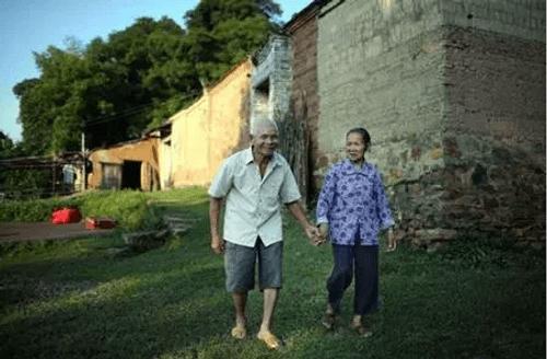 Cặp đôi trăm tuổi tiết lộ bí quyết yêu bền lâu - Ảnh 4