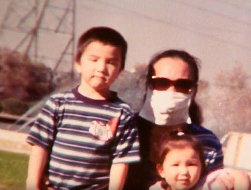Bà mẹ 12 năm mang khẩu trang giấu gương mặt đáng sợ để được bên con - Ảnh 1