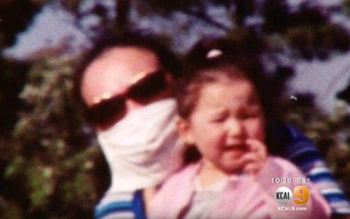 Bà mẹ 12 năm mang khẩu trang giấu gương mặt đáng sợ để được bên con - Ảnh 2