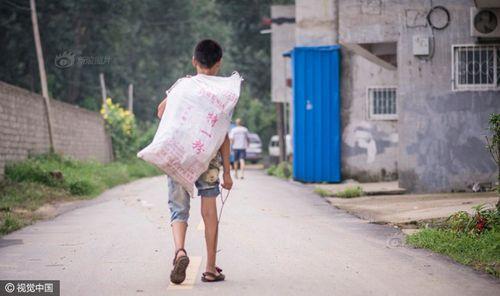 Cảm động cậu bé 12 tuổi đi nhặt rác kiếm tiền chữa ung thư cho mẹ kế - Ảnh 3