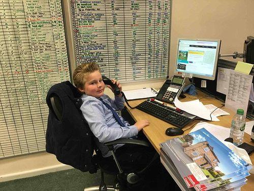 Cậu bé 9 tuổi được làm việc như nhân viên kinh doanh sau khi bỏ học - Ảnh 1