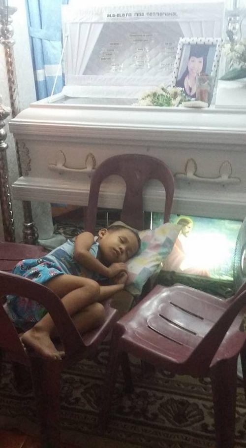 """""""Sao mẹ không ngủ cạnh con mà lại nằm trong này?"""" - Ảnh 7"""
