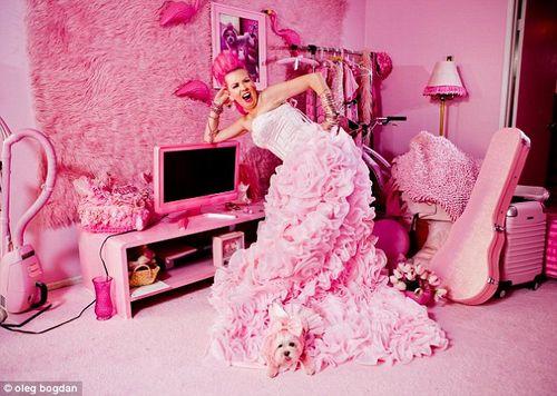 Khám phá cuộc sống của cô nàng 'cuồng' màu hồng nhất thế giới - Ảnh 1