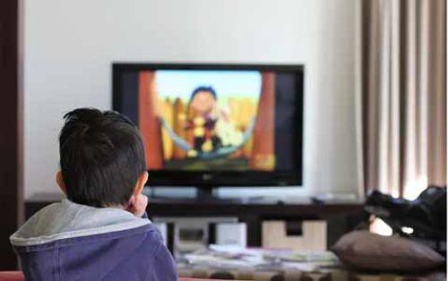 Chỉ một câu nói của mẹ Nhật khiến con lập tức tắt tivi và đi ngủ đúng giờ - Ảnh 1