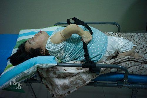 2 bà mẹ mang thân hình trẻ con bất chấp tính mạng mang bầu lay động cộng đồng - Ảnh 1