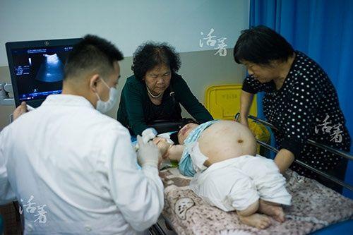 2 bà mẹ mang thân hình trẻ con bất chấp tính mạng mang bầu lay động cộng đồng - Ảnh 2
