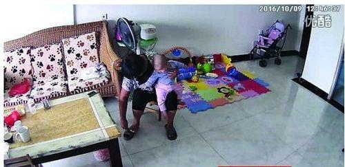 Mẹ chứng kiến người giúp việc lấy điều khiển TV đánh vào mặt con mình - Ảnh 1