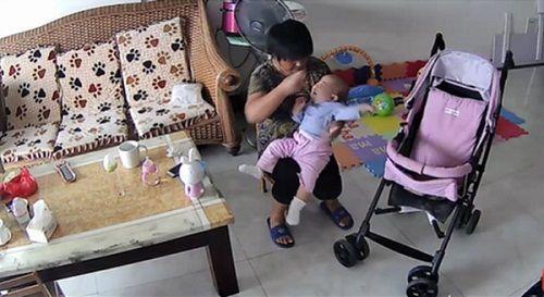 Mẹ chứng kiến người giúp việc lấy điều khiển TV đánh vào mặt con mình - Ảnh 2