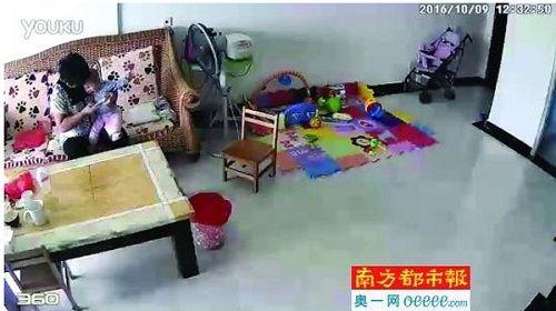 Mẹ chứng kiến người giúp việc lấy điều khiển TV đánh vào mặt con mình - Ảnh 3