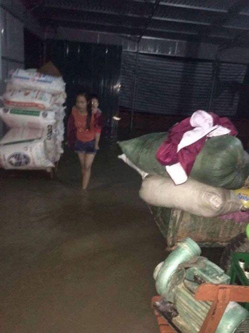 Hình ảnh rơi nước mắt trong mưa lũ lịch sử ở miền Trung - Ảnh 5