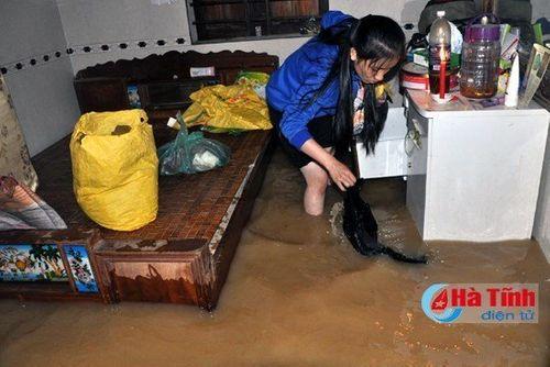Hình ảnh rơi nước mắt trong mưa lũ lịch sử ở miền Trung - Ảnh 8
