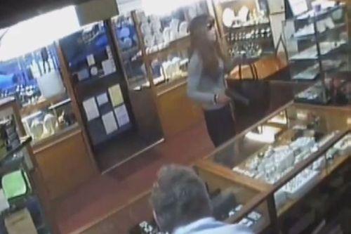 Gã đàn ông giả gái mang súng vào cướp cửa hiệu trang sức bị đánh chạy tụt váy - Ảnh 1