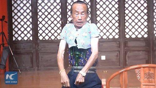 'Dị nhân' trình diễn thu nhỏ cơ thể để mặc áo trẻ 3 tuổi - Ảnh 2