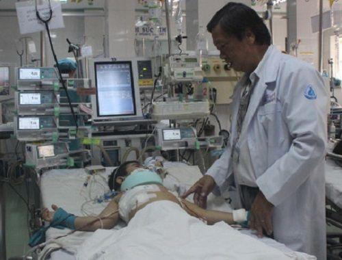 Cứu sống bé trai rơi từ tầng 3 bị thanh sắt đâm thủng tim, phổi - Ảnh 1