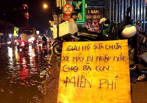 3 anh em sửa xe bị ngập miễn phí tại Sài Gòn - Ảnh 1