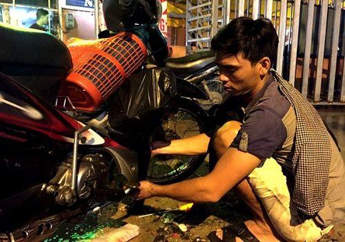 3 anh em sửa xe bị ngập miễn phí tại Sài Gòn - Ảnh 2