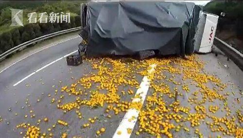 Tài xế chiếc xe tải bị đổ, khóc ngất sau khi bị dân làng hung hãn 'hôi' mất cam - Ảnh 1