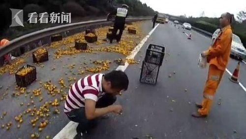 Tài xế chiếc xe tải bị đổ, khóc ngất sau khi bị dân làng hung hãn 'hôi' mất cam - Ảnh 4