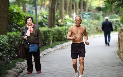 Cụ ông 72 tuổi vẫn vô tư cởi trần tập thể dục sáng mùa đông giá rét - Ảnh 1