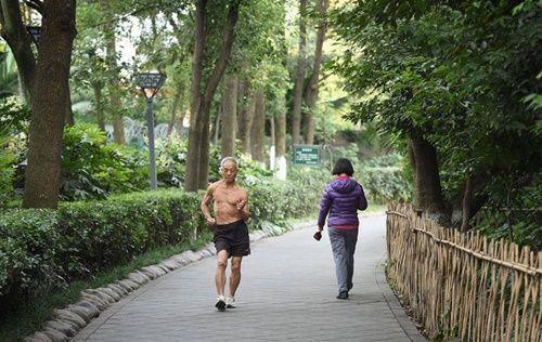 Cụ ông 72 tuổi vẫn vô tư cởi trần tập thể dục sáng mùa đông giá rét - Ảnh 2