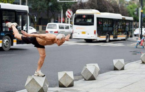 Cụ ông 72 tuổi vẫn vô tư cởi trần tập thể dục sáng mùa đông giá rét - Ảnh 3